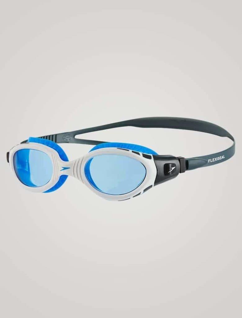 Den blå linse giver et relativt klart syn, men beskytter øjnene mod stærke lysglimt. Det kan være lysglimt, der eksempelvis kommer fra refleksionen af solens stråler i vandet.