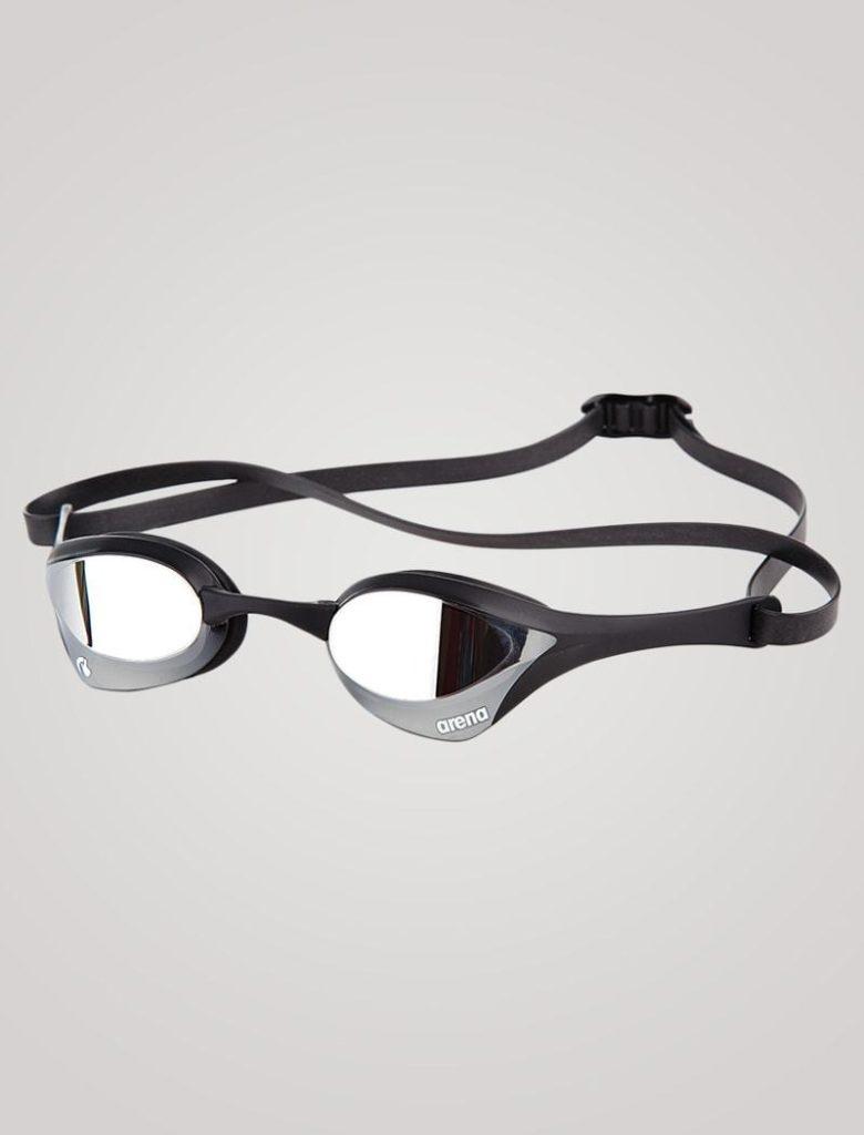 En mirror / spejl linse, spejler lys væk fra dykkerbrillerne. De tillader derfor kun meget lidt lys, at komme igennem glasset og ind til øjnene. Dit barns syn, bliver altså markant mørkere med mirror linser. De er derfor ikke gode at bruge, hvis der skal dykkes i mørkere forhold.